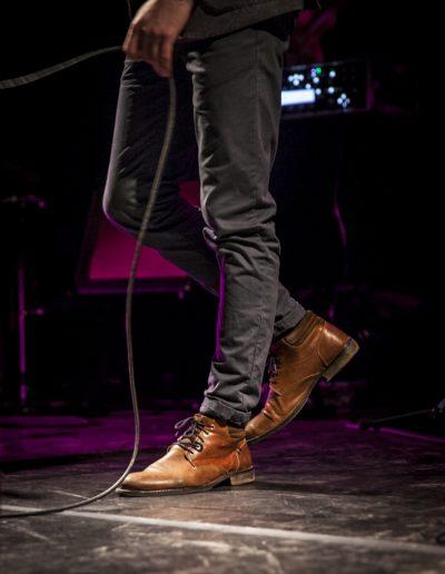 Musicien. Détails des chaussures lors d'un concert