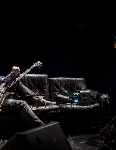 Musicien. Joueur de guitare basse. Photographie événementielle