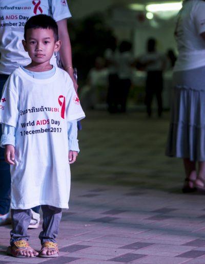 World Aids Day 2017-enfant avec le t-shirt de l'événement