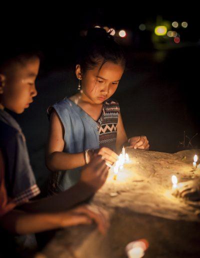 Enfants et bougies. Laos du Nord. Massimo Municchi photographe.
