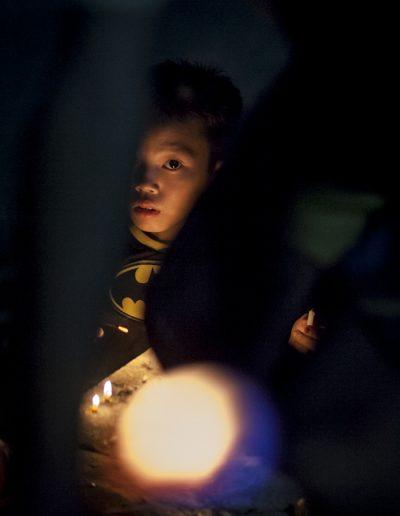 Photographie de voyage. Portrait d'enfant dans un petit village de Nong Khiaw, Laos