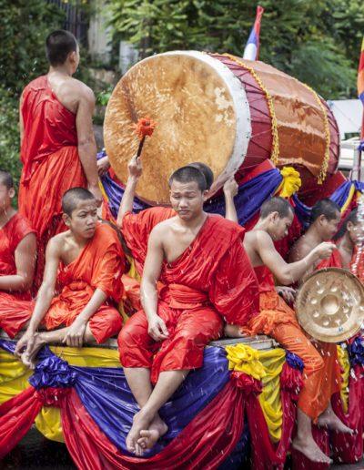 Moines défilent lors des célébrations de Songkran, Luang Prabang.