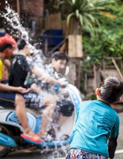 Bataille d'eau lors des célébrations de Songkran, Luang Prabang.