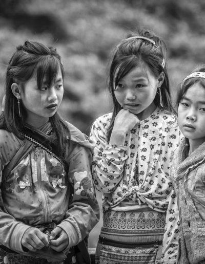 Photographie de voyage. Portrait noir et blanc de trois jeunes filles Hmong.