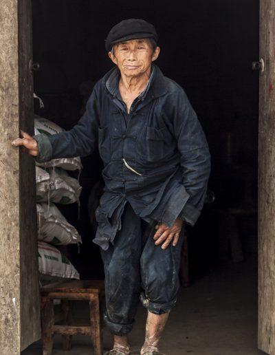 Photo de voyage. Portrait d'homme Hmong sur le seuil de sa maison. Vietnam.