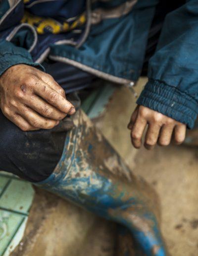 Reportage photo. Le mains abimés d'un enfant travailleur dans le nord du Vietnam