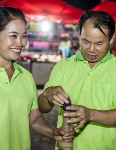 World Aids Day 2017- Vientiane- homme apprend à mettre un préservatif