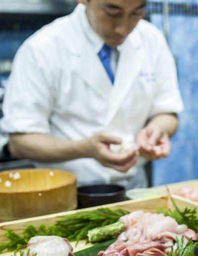 Photographie culinaire et événementielle. Chef sushi au travail.