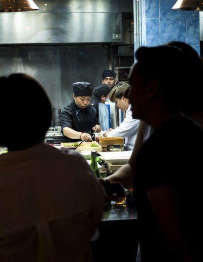 Photographie culinaire. Les cuisiniers au travail.