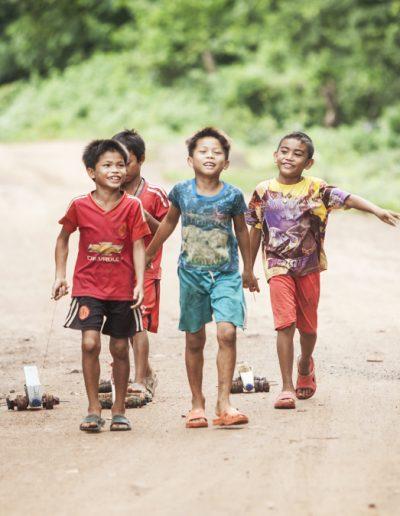 Kids playing with self made toys. Laos. Massimo Municchi photographe.