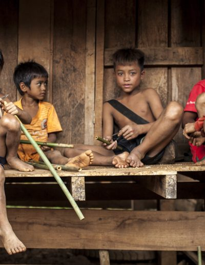 Portrait de jeunes garçon dans un petit village au Laos. Massimo Municchi photographe.