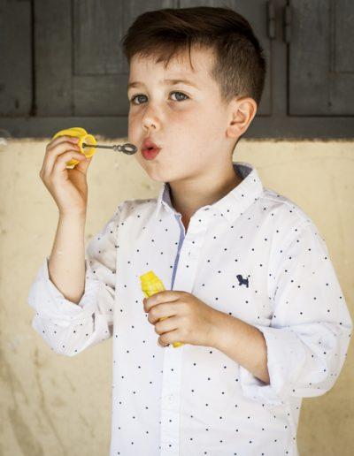 Portrait d'enfant avec bulles de savon