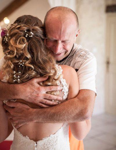 Mariée avec son père –moment de tendresse