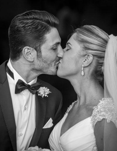 Photographie de mariage en noir et blanc - le baiser
