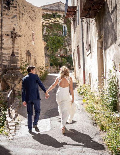 séance photo de mariage dans un village provençale