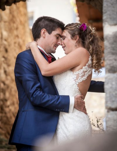 Moment de tendresse des mariés-photographie de mariage