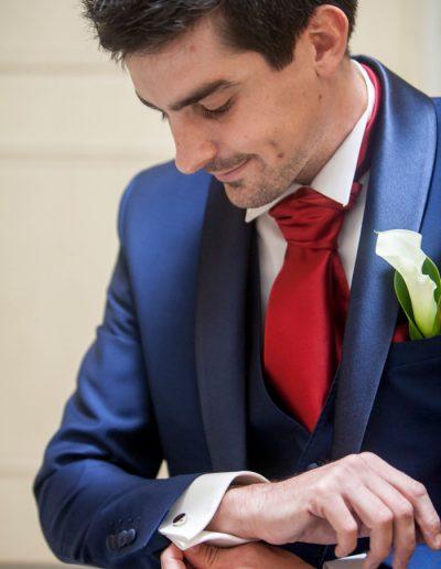 Photo de mariage – Le marié se prépare