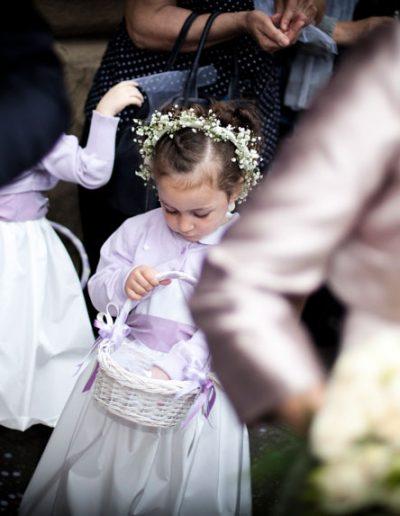 Enfant demoiselle d'honneur -photographie de mariage
