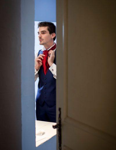 Photo de mariage – le marie se prépare au miroir