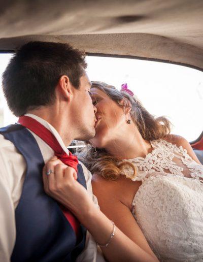 Baiser des maries dans la voiture– Photo de mariage