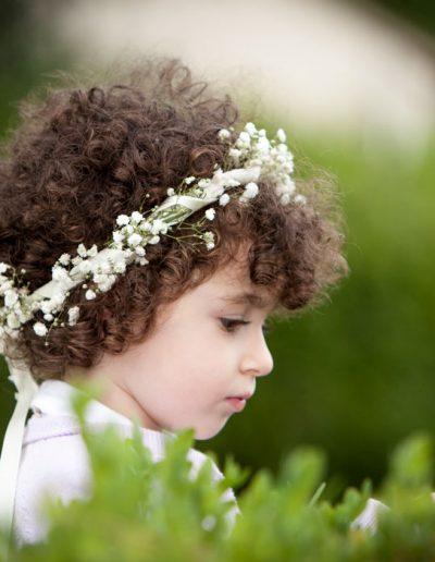 Enfant demoiselle d'honneur avec couronne de fleurs, photographie de mariage