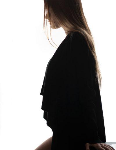 Portrait glamour de jeune femme – fond blanc