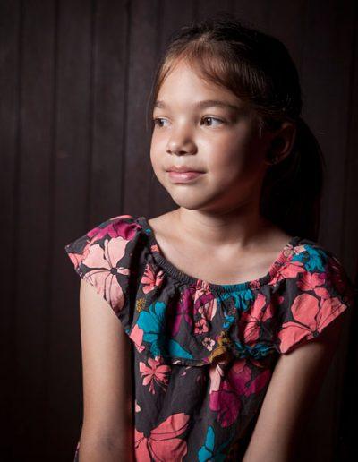 portrait de jeune fille à la fenêtre. Eclairage naturel