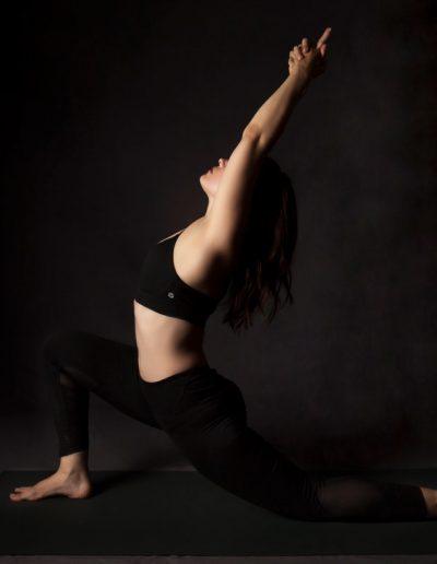 Photographie de position yoga. Anjaneyasana.